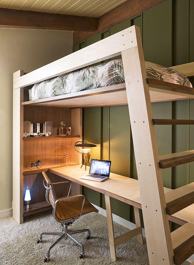 Рабочее место на первом этаже, спальное - на втором. Максимум функциональности при минимуме площади