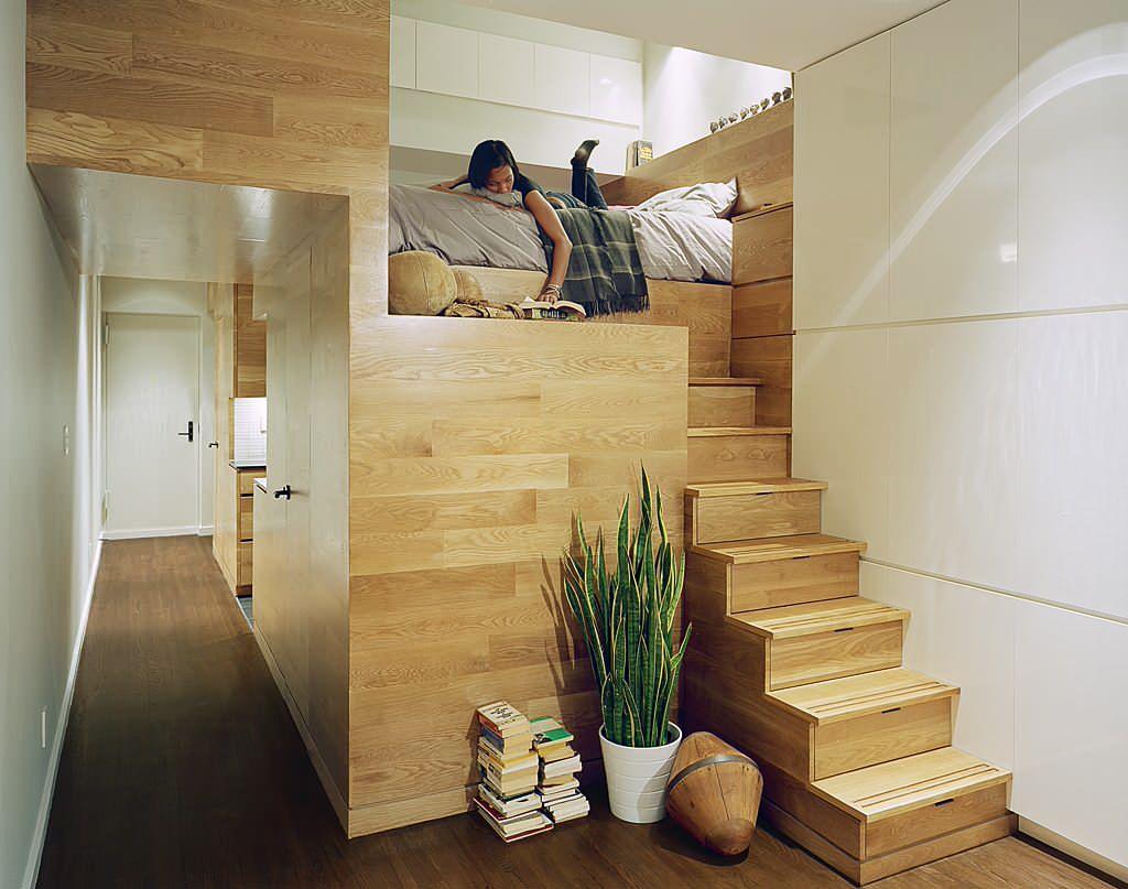 Расположенная на втором этаже кровать отлично экономит пространство