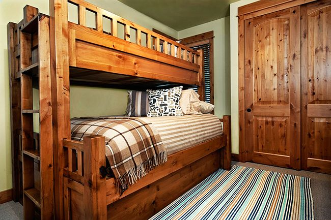 Прочная и основательная деревянная кровать