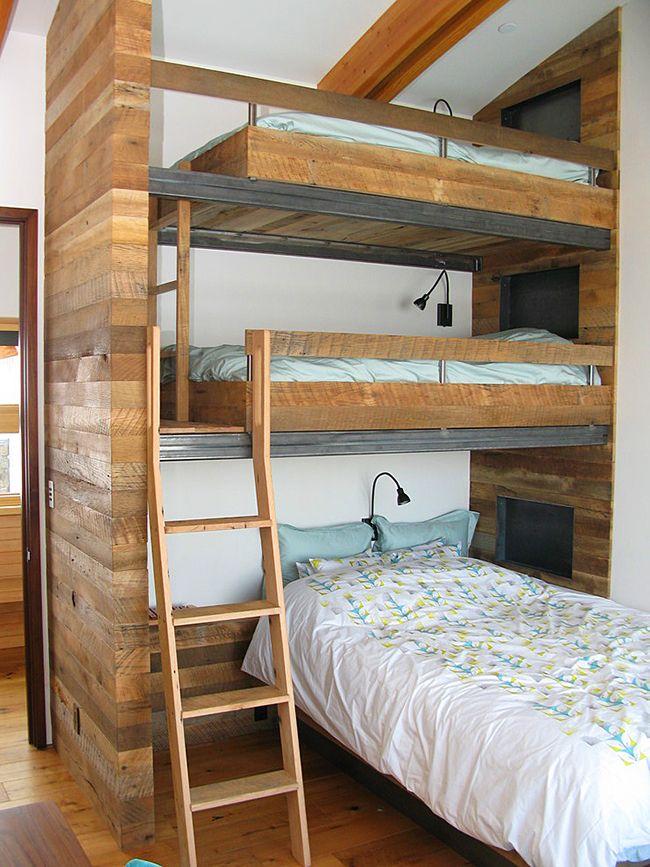 Двухъярусная кровать над спальным местом создают настоящую многоэтажку для сна