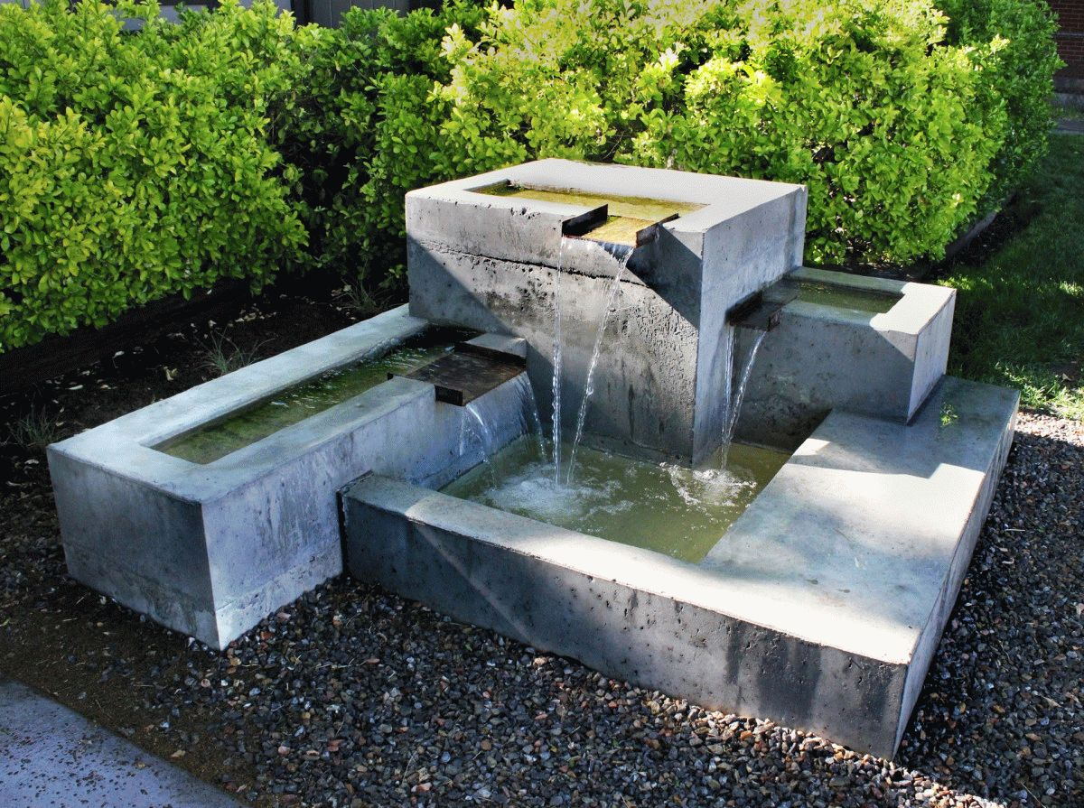 Фонтан из грубого бетона отлично дополнит современный сад