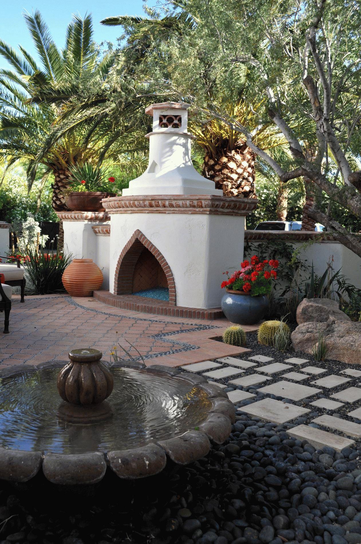 Фонтан, выполненный в общей стилистике этно-сада