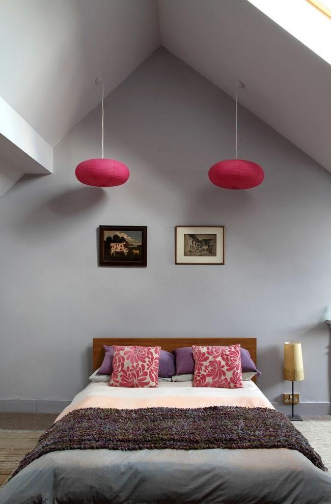 Яркие акценты в виде плафонов, выполненных в цвете фуксии, придают сдержанной комнате особый шарм