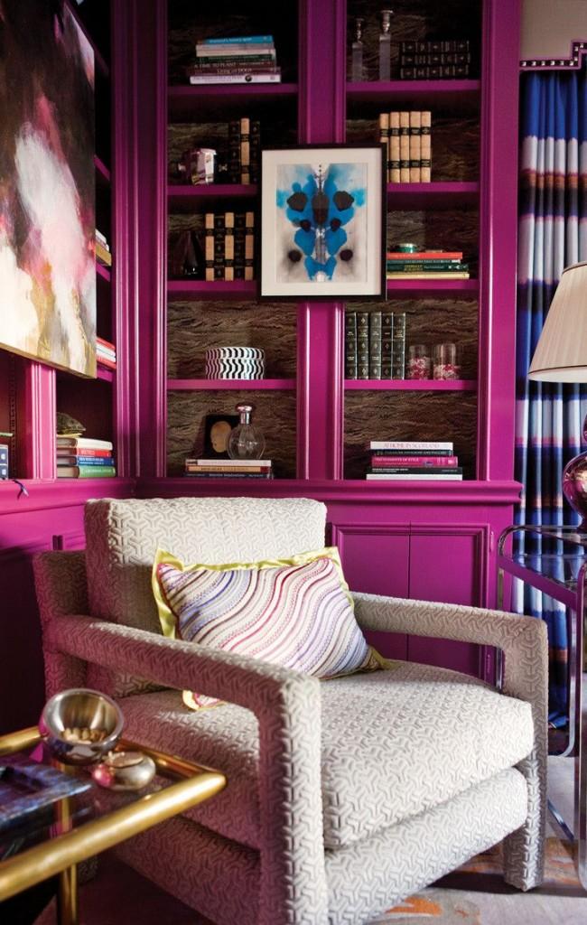 Мебель цвета фуксии будет отлично смотреться в библиотеке или рабочем кабинете