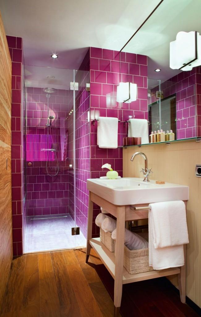 Темный оттенок фуксии отлично смотрится с теплым персиковым цветом в интерьере ванной