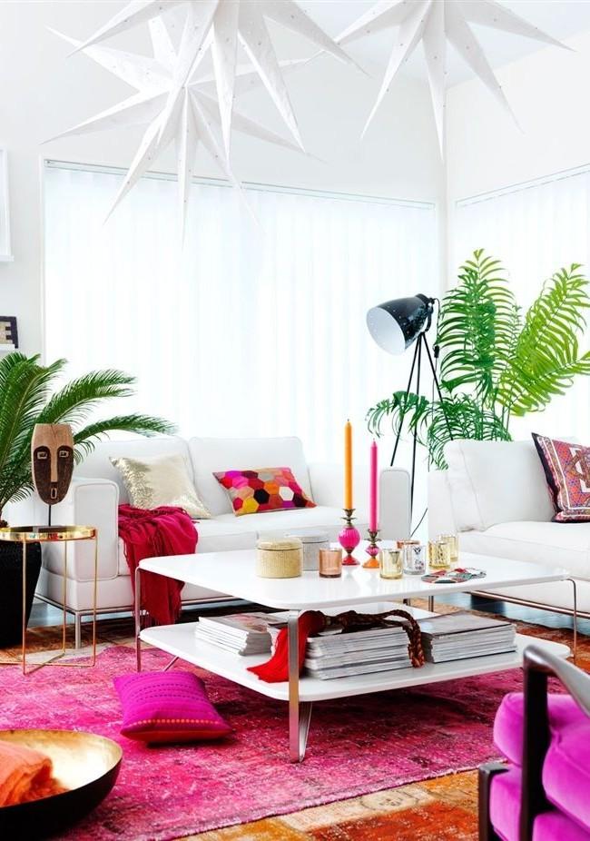 Яркие брызги фуксии на белом фоне наполняют гостиную праздничным настроением