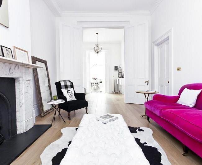 Шикарный диван цвета фуксии задаст особый тон всей гостиной