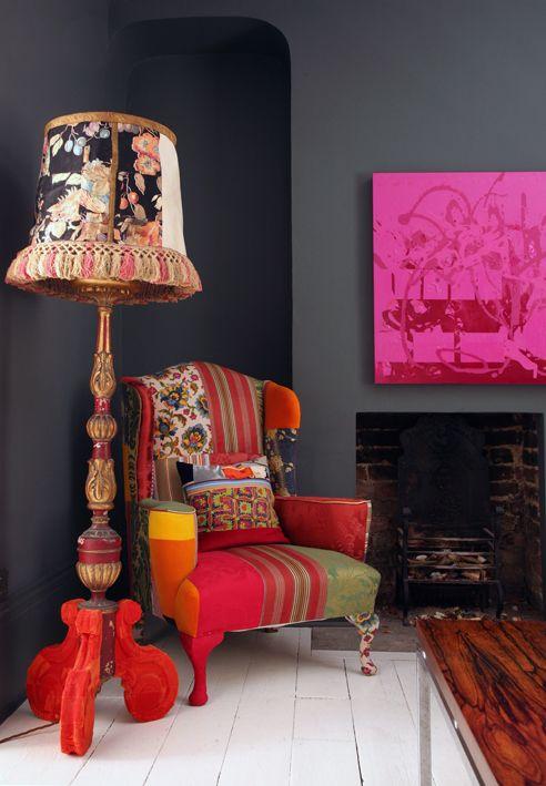 Фуксия отлично соседствует с ярким оранжевым цветом в интерьере