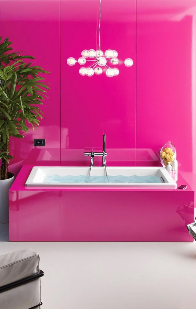 Яркая и нарядная ванная комната цвета фуксии отлично сочетается с зеленью декоративного дерева