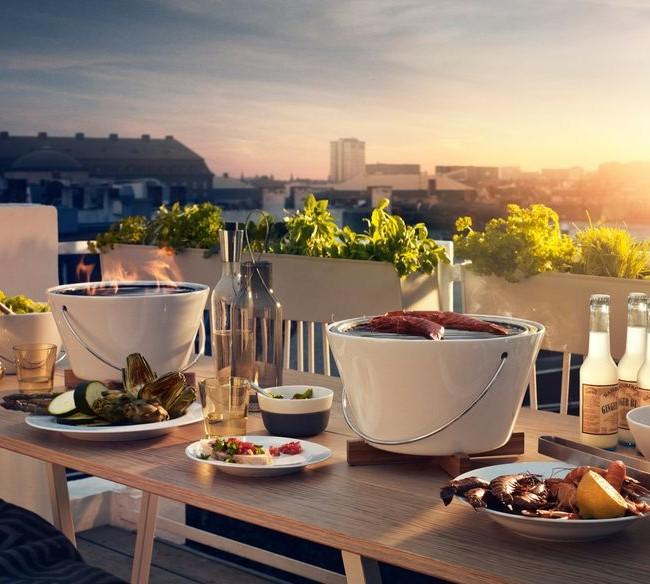 Даже если возможности отдохнуть на даче нет, компактные мангал и барбекю помогут создать атмосферу пикника даже в квартире