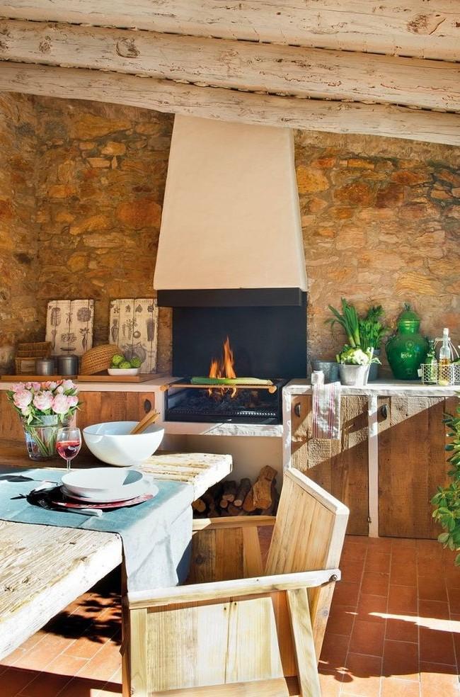 Уютная кухня с мангалом-барбекю