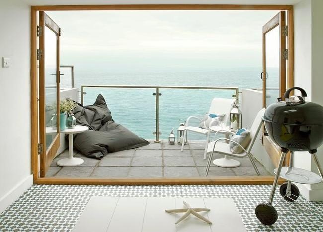 Компактный мангал на колесах поможет приготовить шашлык даже на балконе