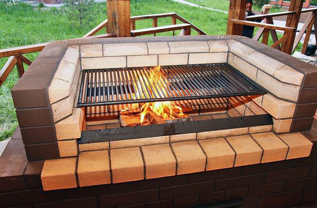 Мангал из кирпича способен выдерживать перепады температур.