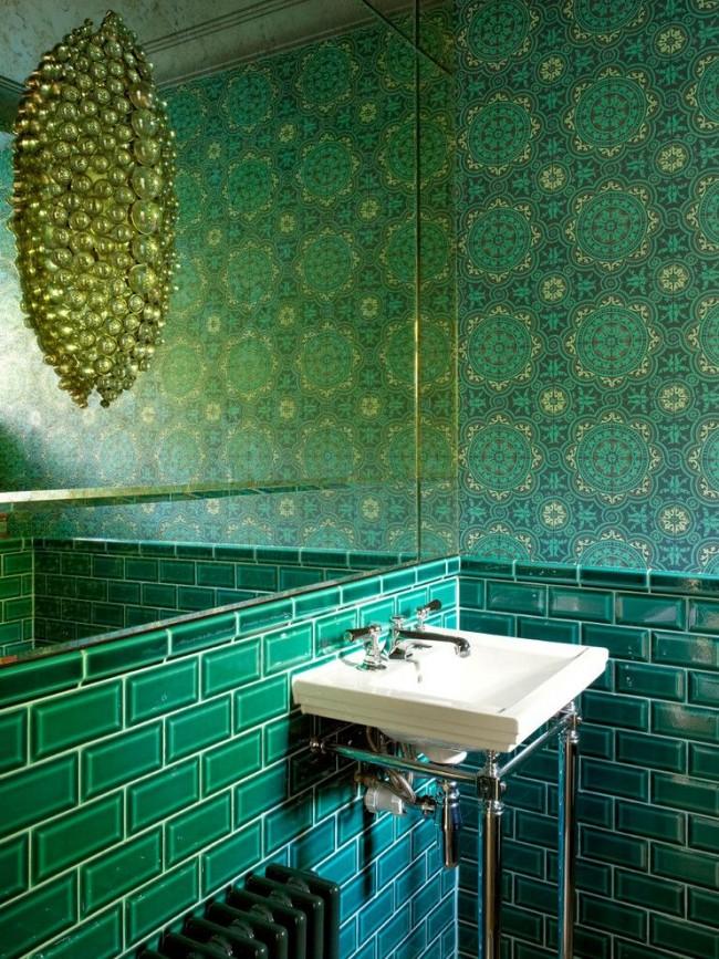 Необычный светильник в зеленой ванной напоминает драгоценное украшение