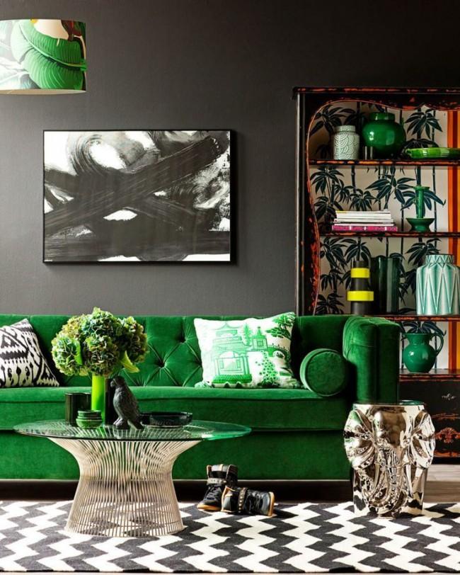 Сочный изумрудный цвет мебели разбавляет черную отделку стен