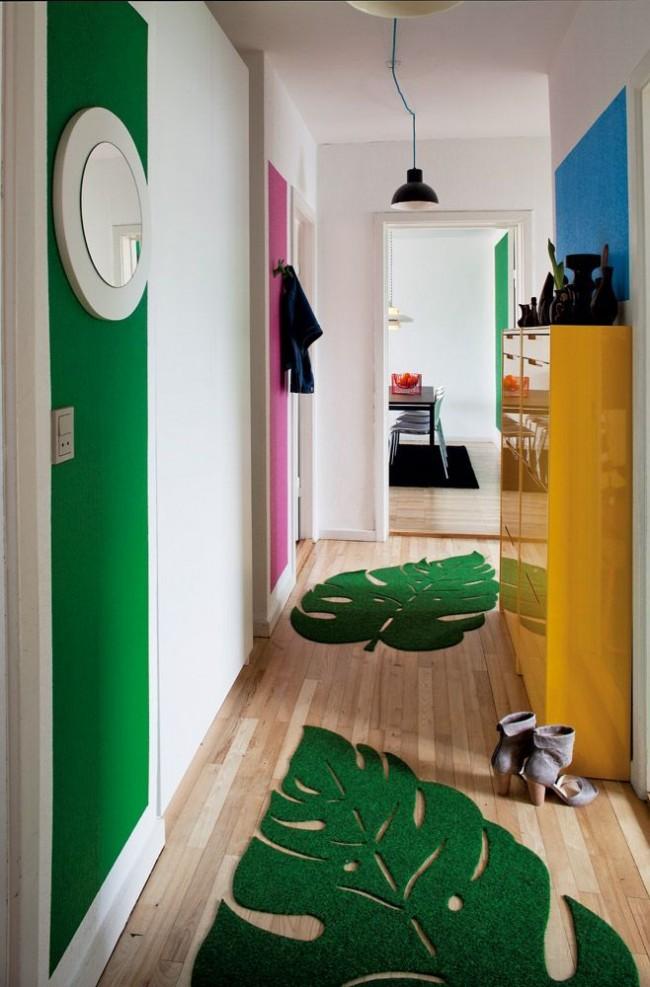 Зеленые коврики создают отличный тандем с полосой на стене
