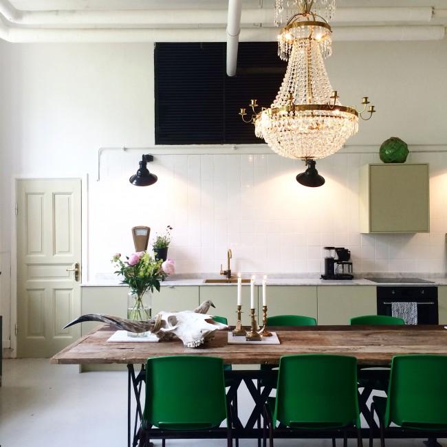 Зеленая мебель на белой кухне - утонченно и изысканно