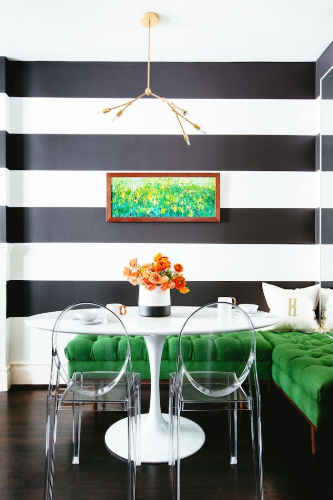 Изумрудная мебель всегда будет отлично выглядеть в комнате с белой или пастельной отделкой стен