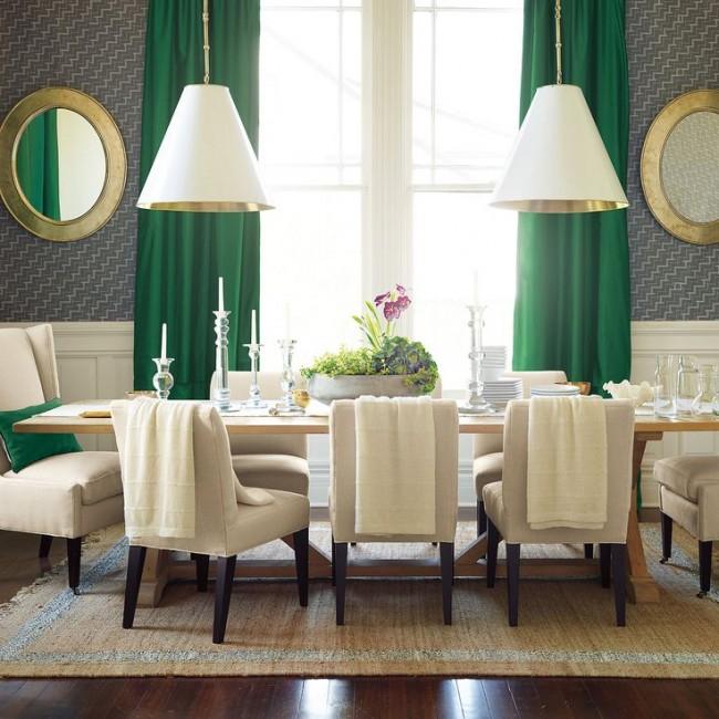 Яркие зеленые шторы и подушки отлично вписываются в сдержанный дизайн