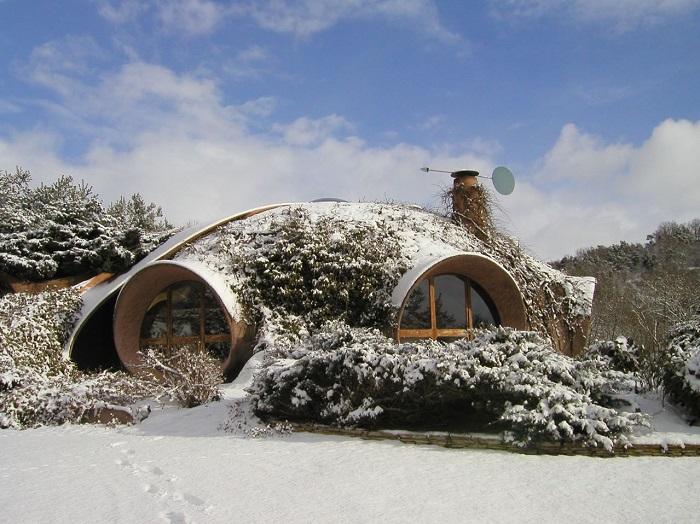Купольный дом с круглыми окнами с навесами