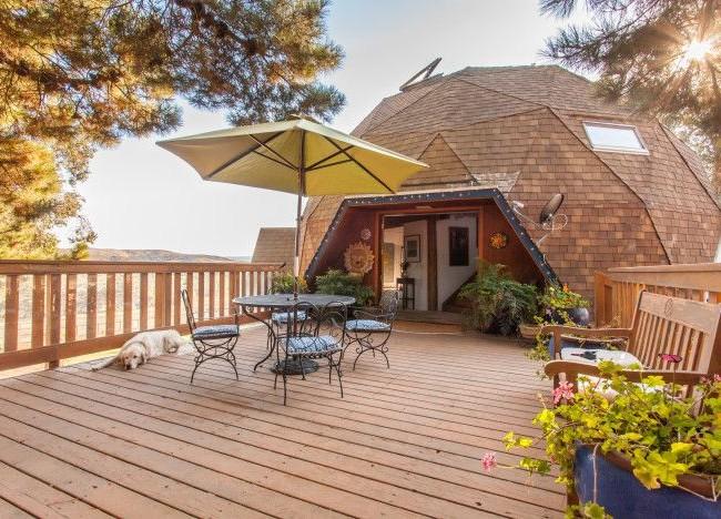 Деревянный купольный дом с террасой
