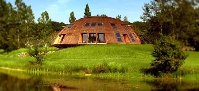 Купольный дом на берегу реки