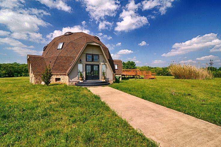 Купольный дом среди большого зеленого луга
