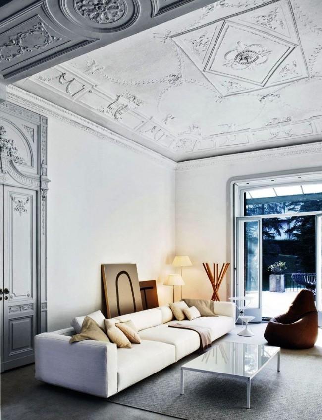 Лепнина из полиуретана в интерьере с высоко расположенным потолком