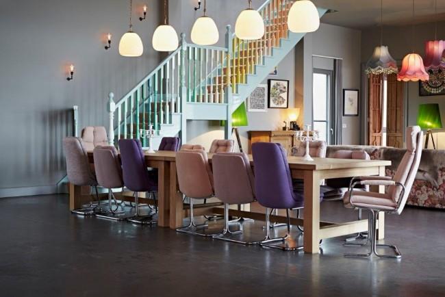 Игривое настроение гостиной создает ее цветовое оформление, особенно лиловые стулья разных оттенков