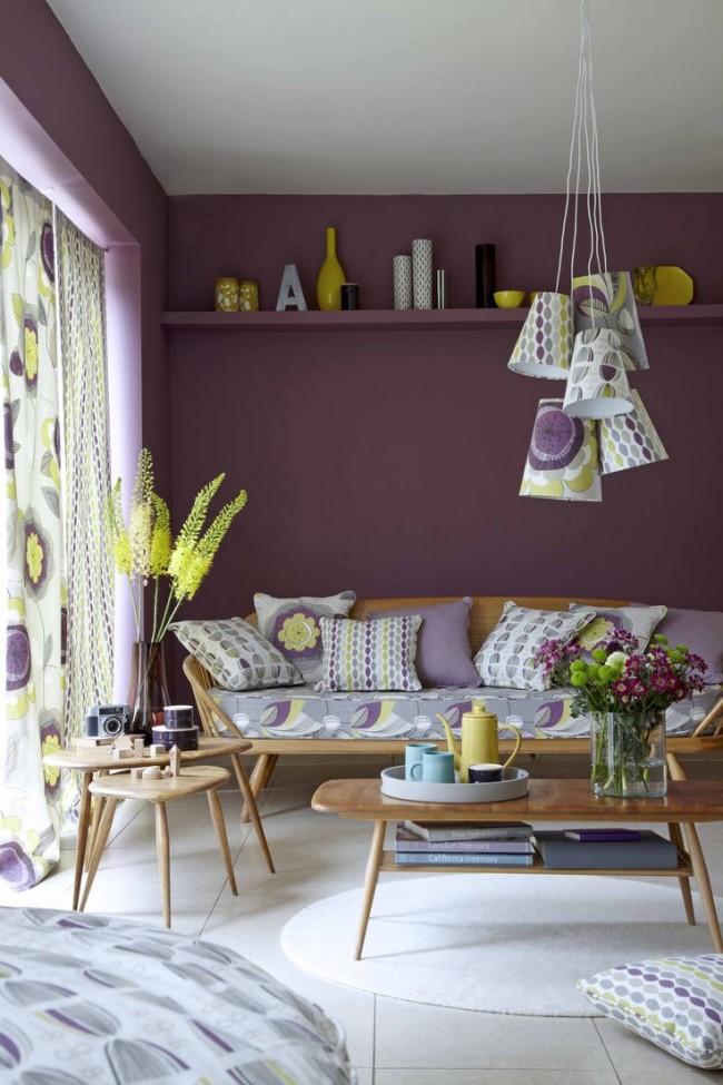 Лиловый цвета в окраске стен - отличный фон для деревянной мебели, а использование такого же оттека в декоре поможет создать полноценный цельный интерьер