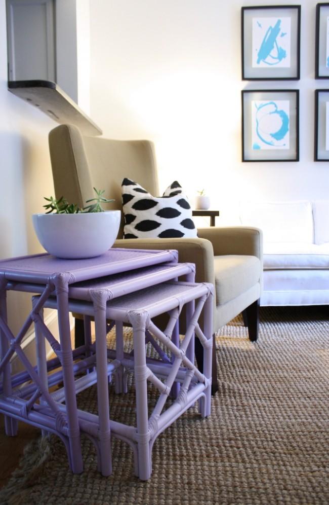 Журнальный столик нежно-лилового цвета украсит гостиную