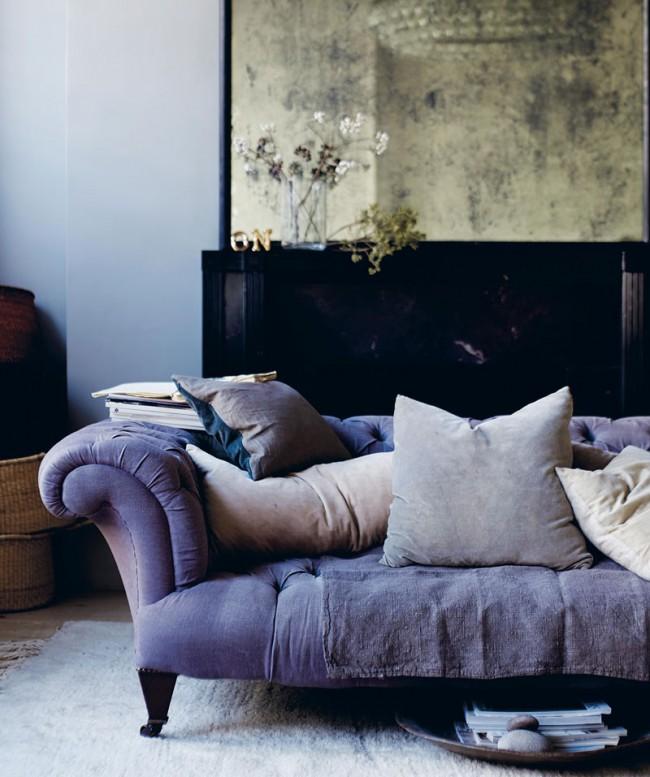 Бархатная обивка дивана лилового цвета с темным деревом создает роскошный дуэт