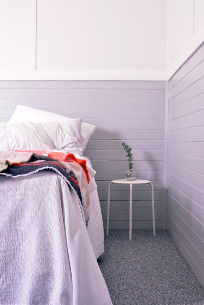 Нежно-лиловые панели в спальной комнате для настоящего отдыха и релакса