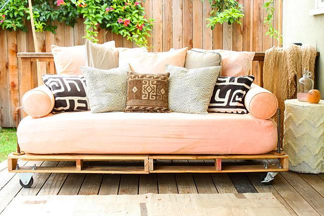 Садовый диванчик на колесиках из поддонов