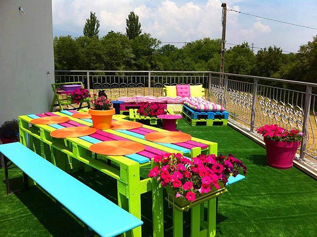Мебель из поддонов радужных расцветок