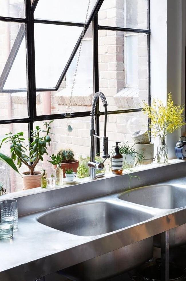 Накладная мойка для кухни из нержавеющей стали очень удобна в установке