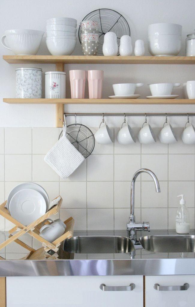 Белая кухня с мойкой из нержавейки - это всегда актуально и стильно