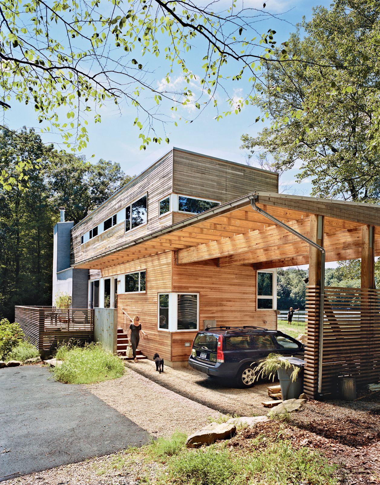 Деревянный навес у деревянного дома