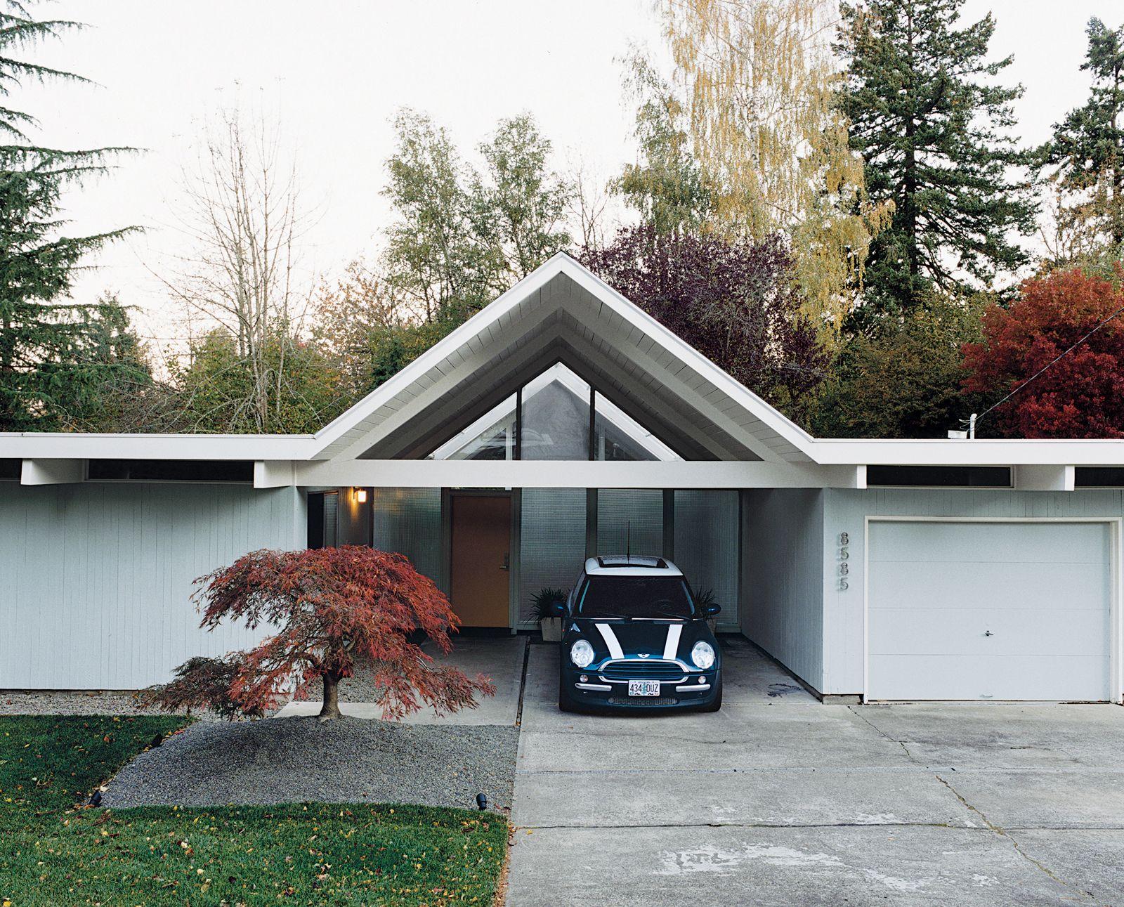 Навес, встроенный между гаражом и подсобным помещением