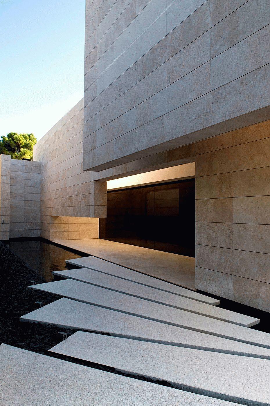Дорожка ко входу из бетонных блоков разной формы