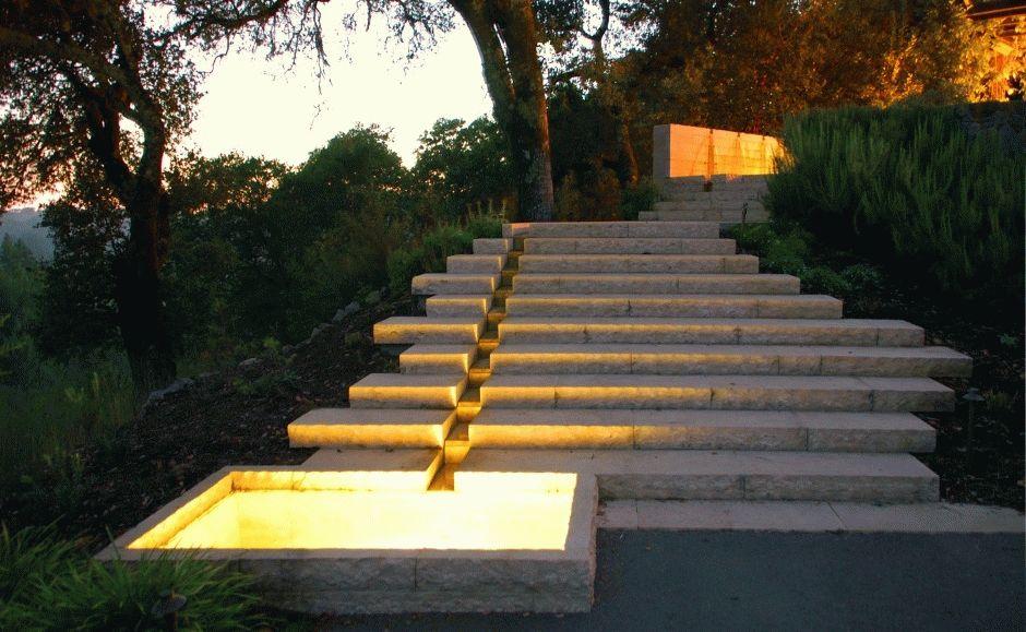 Лестница из натурального камня с желобом и резервуаром с подсветкой для дождевой воды
