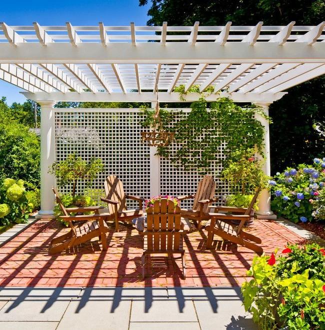 Пергола-ширма, отделяющая зону отдыха в саду