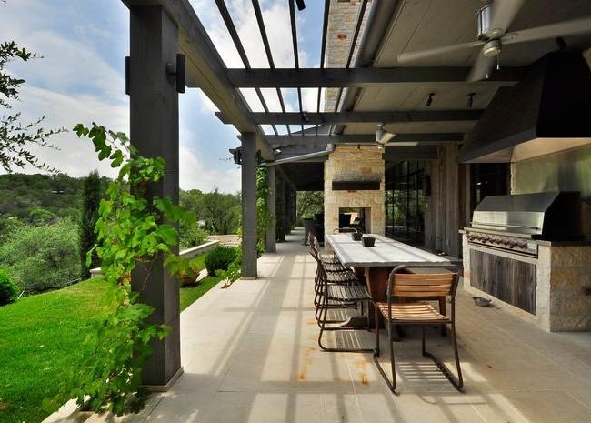 Пергола в современном стиле с обширным видом на зеленые просторы