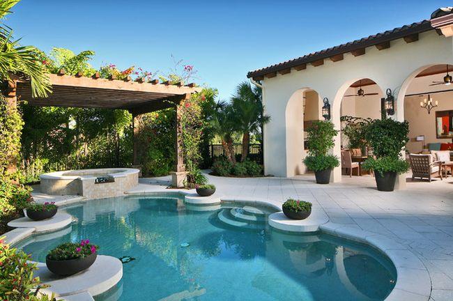 Замечательный дворик с перголой в средиземноморском стиле