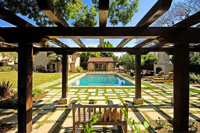 Пергола с красивым видом на бассейн
