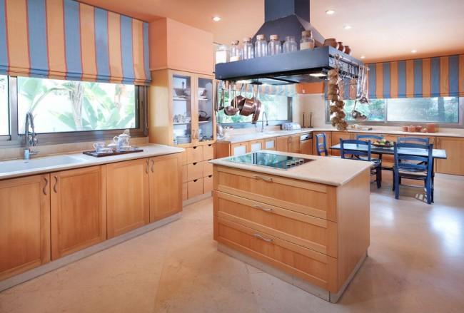 Сочетание персикового и синего в кухне