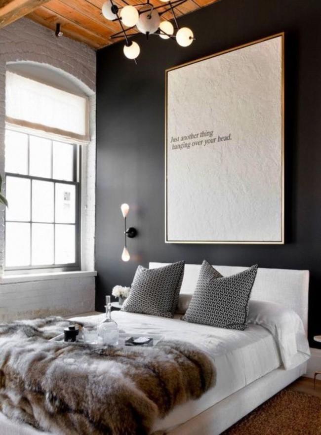 Небольшая надпись на большом панно смотрится очень лаконично и отлично вписывается в общий интерьер спальни