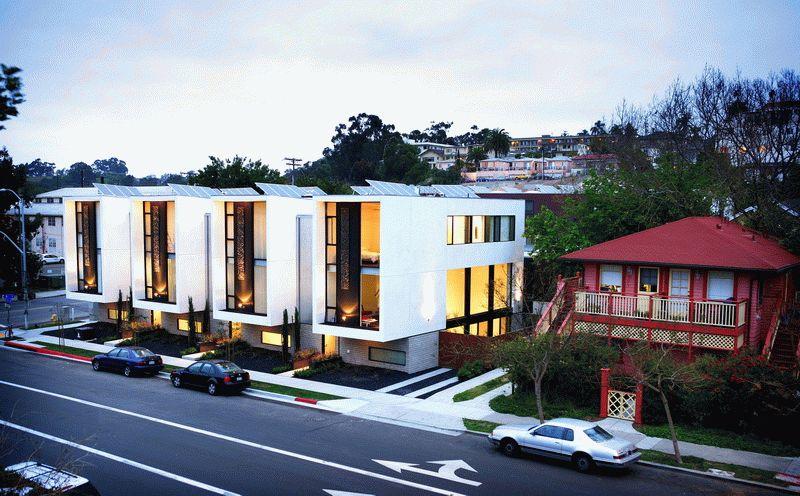 На крышах небольшого жилого комплекса установлены солнечные батареи