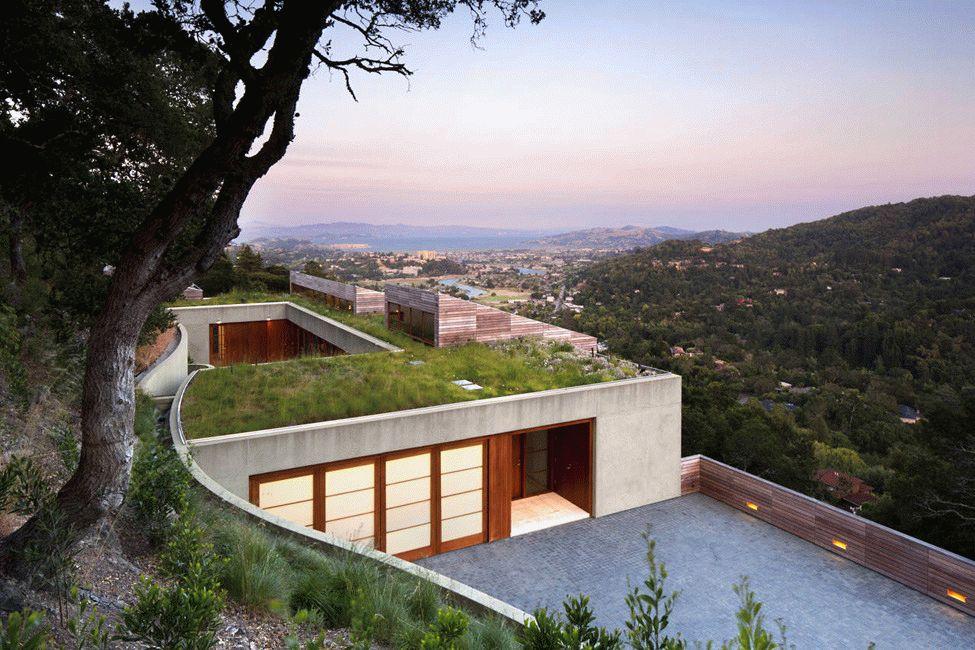 Дом с крышей, засаженной различными видами декоративных трав с великолепным видом