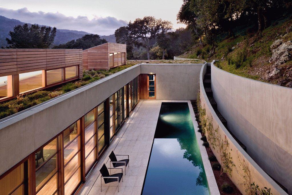 Дом с крышей, засаженной различными видами декоративных трав